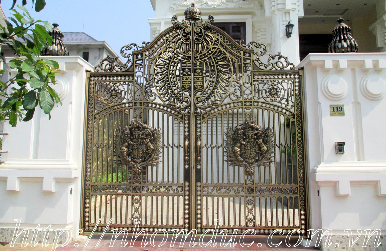 Mẫu cổng biệt thự làm bằng nhôm đúc tuyệt đẹp
