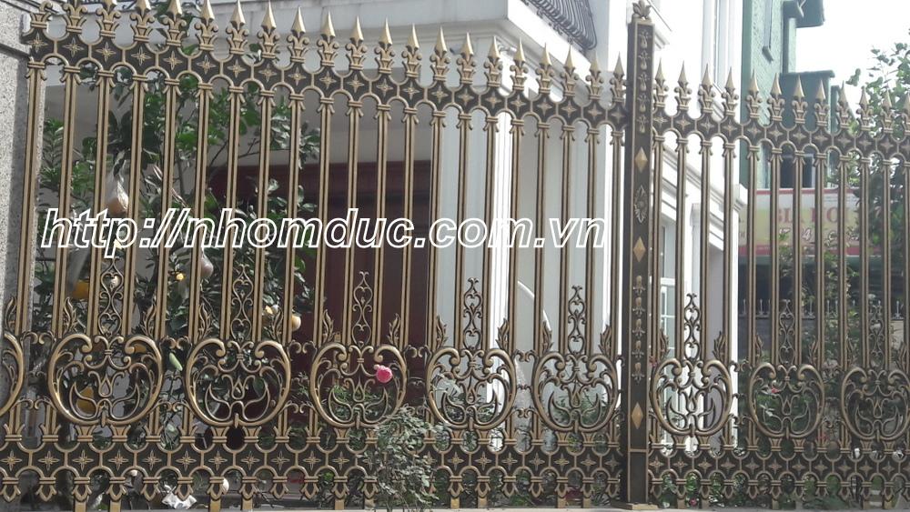 Chắc bạn đã biết đến rất nhiều với hàng rào bằng sắt, bằng gỗ, nhưng có một loại hàng rào khác được khá nhiều người yêu thích - đó là hàng rào nhôm đúc.