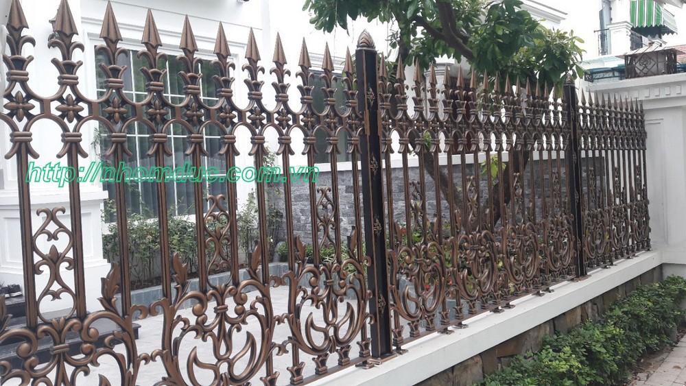 Với lối thiết kế tổng thể phù hợp với khuôn viên ngôi biệt thự đẹp được kết hợp hài hòa từ cổng nhôm đúc, hàng rào nhôm đúc, đèn cổng nhôm đúc, cầu thang