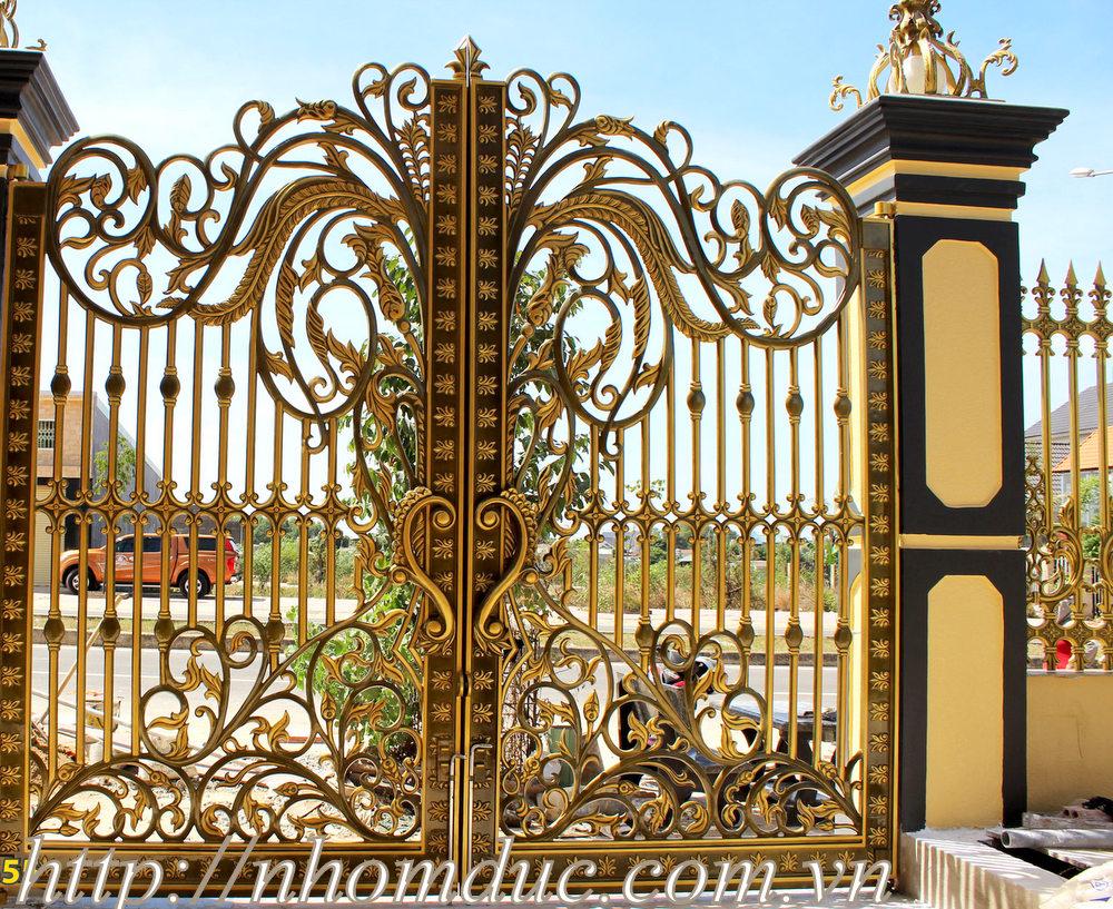 Cơ sở chuyên thiết kế, sản xuất cổng nhôm đúc chất lượng, mẫu độc quyền giá cả hợp lý. Thiết kế, sản xuất cổng nhôm đúc công nghệ cao, miễn phí vận chuyển, lắp đặt, giá tốt nhất.